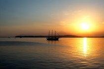 Sunset Over Bay e barca — Foto stock