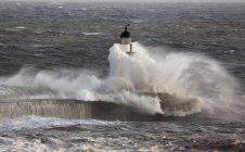 Wellen krachen auf Leuchtturm — Stockfoto