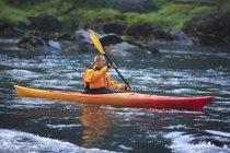 Homme kayak près de Snoqualmie Falls, Washington, é.-u. — Photo de stock