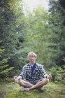 Un homme méditant dans la forêt; France — Photo de stock