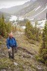 Человек, путешествующий по горам — стоковое фото