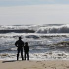 Adult With Child On Beach, Sag Harbor, New York, Usa — Stock Photo