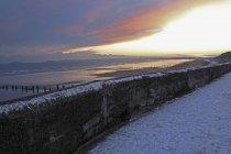 Море стены зимой на закате — стоковое фото