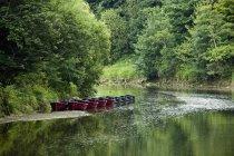 Boote im flachen Wasser aufgereiht — Stockfoto