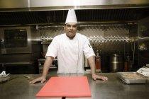 Männlich-Professional-Chef steht auf moderne Küche — Stockfoto