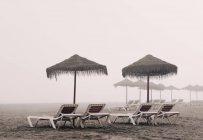 Lettini e ombrellone sulla spiaggia di Playamar — Foto stock