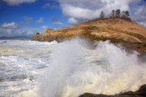 Waves Crashing On The Rock — Stock Photo