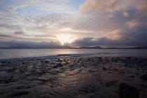 Coucher de soleil sur l'eau de mer — Photo de stock
