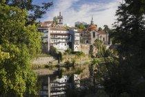 Edifici storici riflessi nel fiume — Foto stock