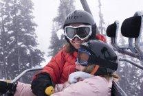 Deux skieurs sur le télésiège — Photo de stock