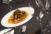 Plato de mariscos con langostinos - foto de stock