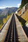 Trilhos de trem através de colinas — Fotografia de Stock