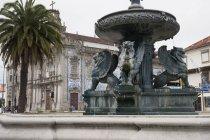 Fontana con chiesa di Carmo — Foto stock