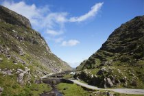 Puente pequeño en el paso de montaña - foto de stock
