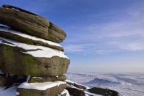 Слои снега на скалы — стоковое фото