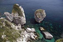 Скельні утворення уздовж берегової лінії — стокове фото