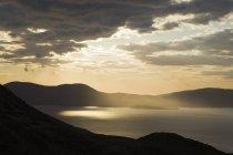 Puesta de sol sobre Ballinskelligs Bay cerca de Waterville - foto de stock