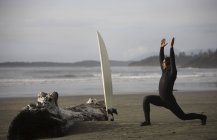 Surfer Stretching On Beach — Stockfoto