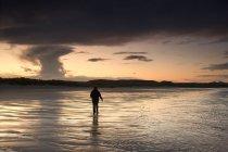 Frau, die zu Fuß in Wasser — Stockfoto