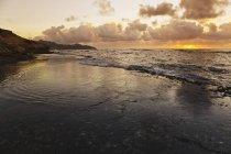 Sonnenaufgang über dem wellengespülten flachen Riff — Stockfoto