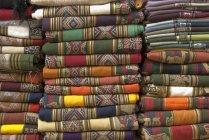 Traditionelle bunte decken auf Markt in Purmamarca, Provinz Jujuy, Argentinien — Stockfoto