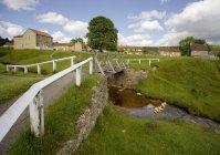 Flux de passage pont rural — Photo de stock