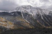 Breaking tempesta nuvole sopra la montagna — Foto stock
