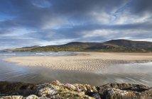 Піщаний пляж з водою — стокове фото