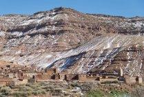 Bâtiments de la ville à pied de la montagne — Photo de stock
