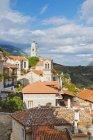 Pueblo de montaña en las colinas - foto de stock