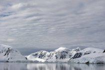Berge spiegeln sich im Wasser wider — Stockfoto