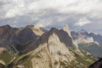 Picos acidentados de montanhas rochosas canadenses — Fotografia de Stock