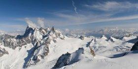 Заснеженный горный хребет — стоковое фото