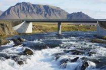 Puente en autopista sobre el río - foto de stock