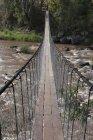Eine lange Hängebrücke — Stockfoto