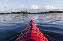 Лук червоний Байдарка на озері — стокове фото