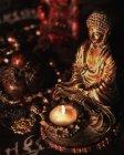 Statuee de Buda iluminado por velas - foto de stock