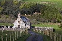 Церковь и кладбище; Шотландия — стоковое фото