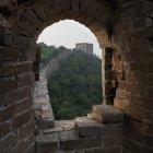 Janela de tijolo arqueado — Fotografia de Stock