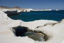 Piscina d'acqua e formazioni rocciose uniche — Foto stock