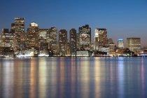 Скайлайн из Бостона в сумерках — стоковое фото