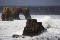 Рок образований и естественная арка в океане — стоковое фото