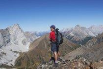 Escursionista maschio sulla parte superiore — Foto stock