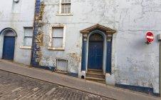 Синій дверні прорізи на будівлі — стокове фото