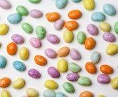 Primo piano gustoso colorato gelatina fagioli mucchio su sfondo bianco — Foto stock