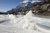 Formazioni di ghiaccio sul lago ghiacciato Shoreline — Foto stock
