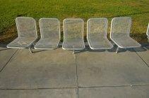 A Reihe von Silber Stühlen auf der Zement- und Grass; San Francisco, Kalifornien, Vereinigte Staaten von Amerika — Stockfoto