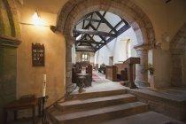 Interior da Igreja com arcos — Fotografia de Stock