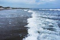 Хвилі врізатися в на березі океану — стокове фото
