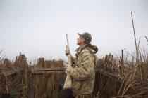 Мисливець в сліпий носите камуфляж та проведення гвинтівка; Colusa, Каліфорнія, Сполучені Штати Америки — стокове фото